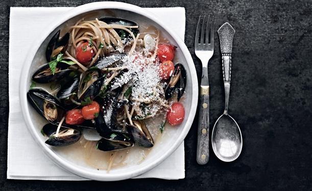 spaghetti med muslinger og tomater