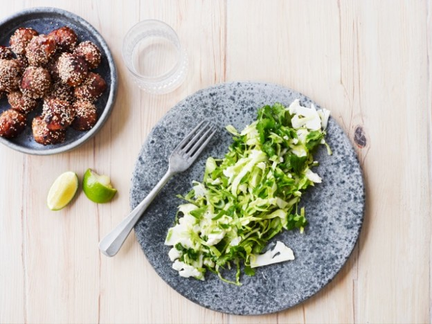 Kødboller med kålsalat