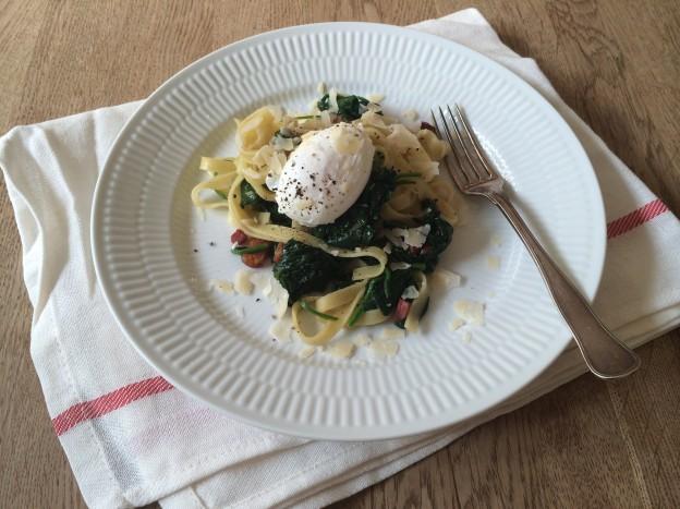 pasta med pocherede æg