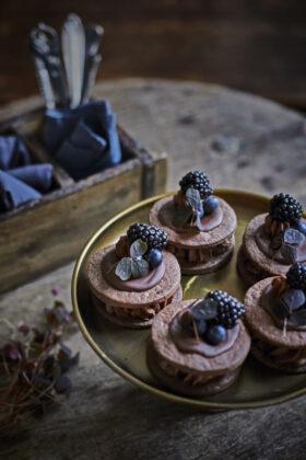 chokolademedaljer med mørke bær